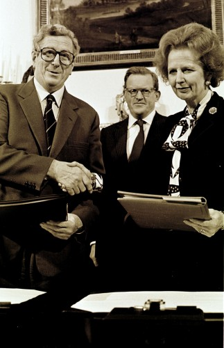 Thatcher on the Anglo-Irish Agreement. TAOISEACH AND FINE GAEL LEADER DR GARRET FITZGERALD AND PRIME MINISTER MARGARET THATCHER, SHAKE HANDS AFTER SIGNING THE ANGLO IRISH AGREEMENT IN HILLSBOROUGH OUTSIDE BELFAST. IN THE CENTRE IS THE NORTHERN IRELAND SECRETARY OF STATE MR. TOM KING. 15/11/1985 PIC EAMONN FARRELL/RollingNews.ie