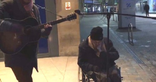 Homeless Irish man sings show stopping Summertime